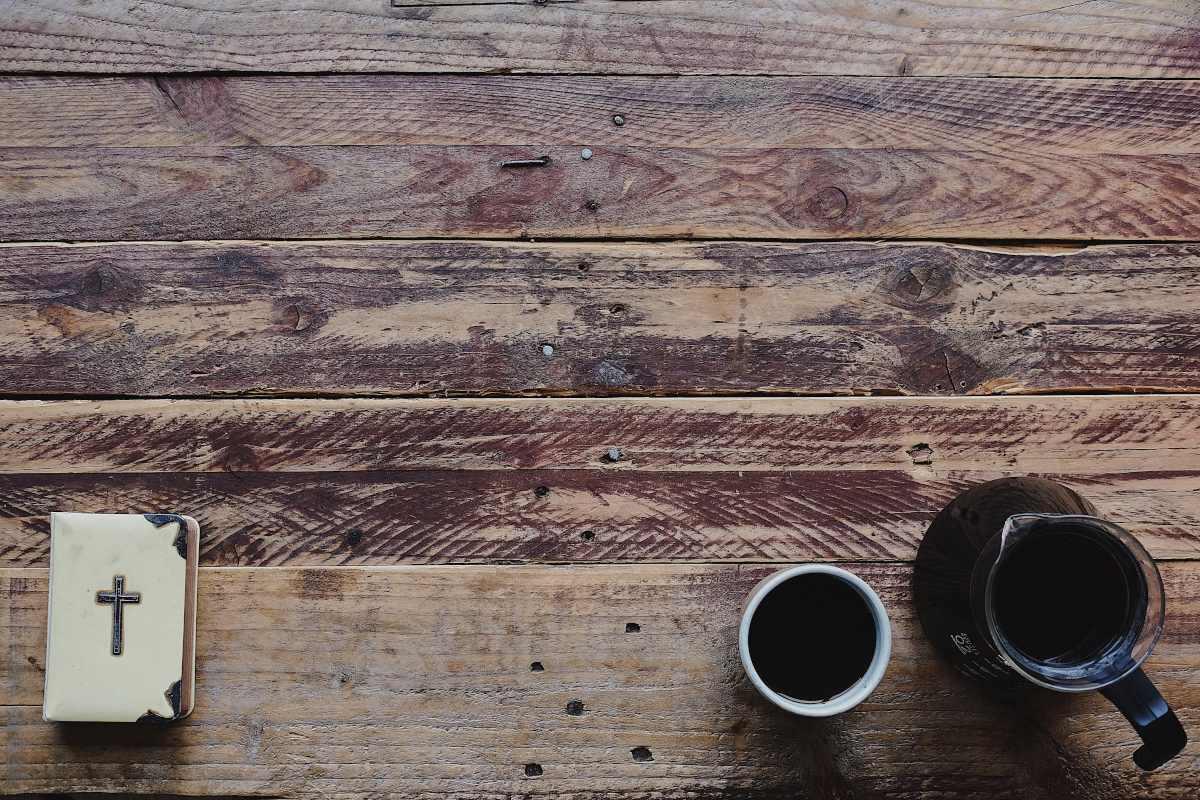 Bíblia sobre a mesa de madeira