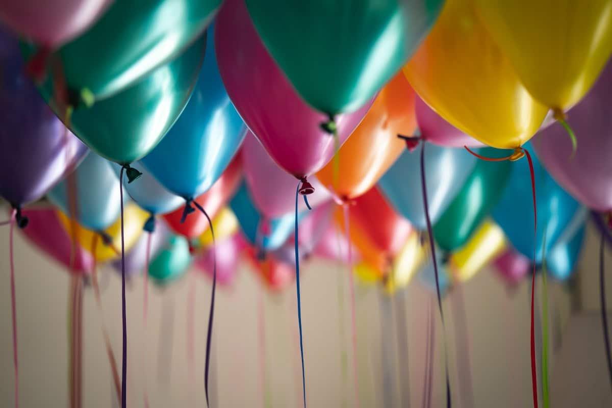 Balões de aniversário coloridos com fitas