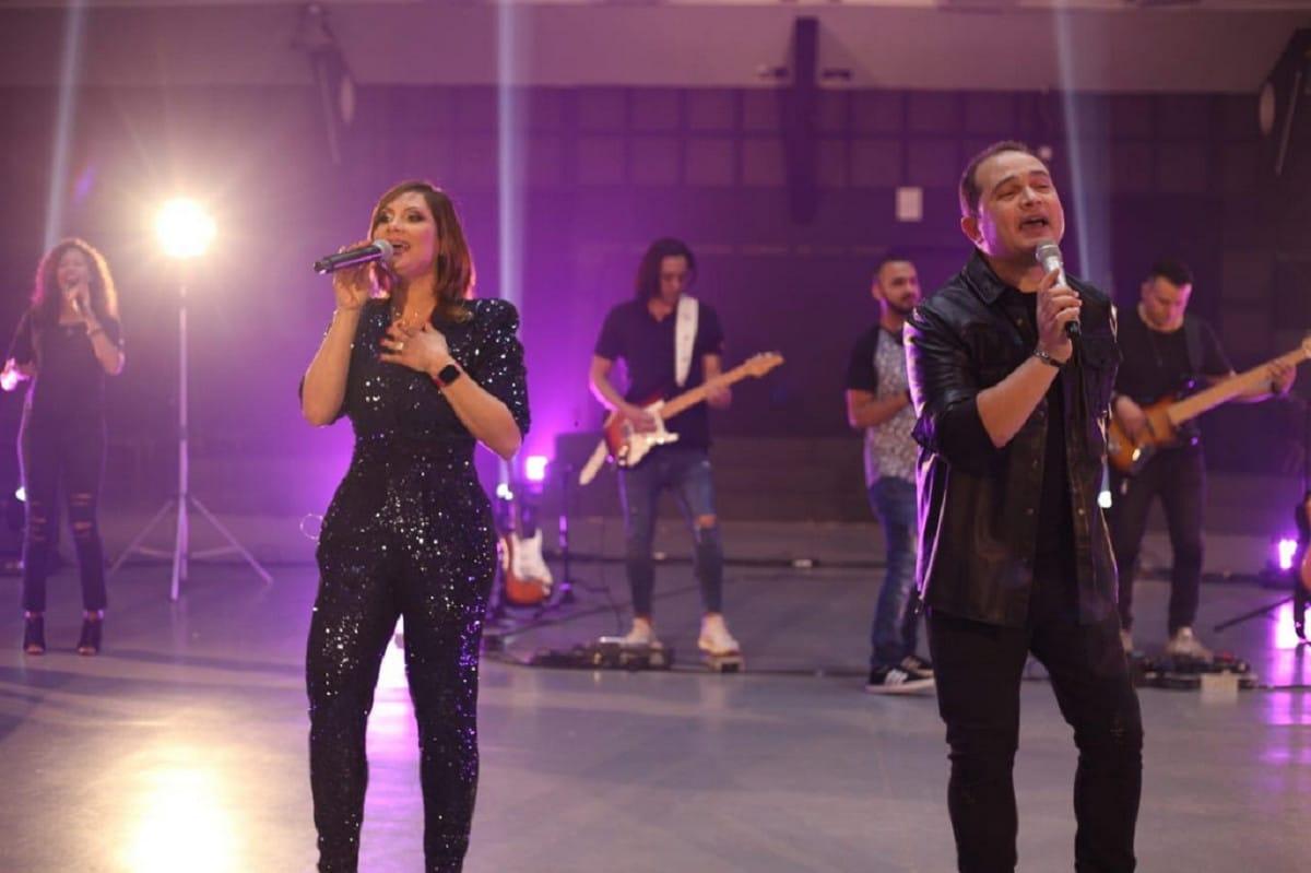 Davi Sacer e esposa cantando - Um Pedido