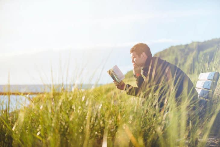 Homem sentado no banco lendo a bíblia, representando o Estudo de Eclesiastes