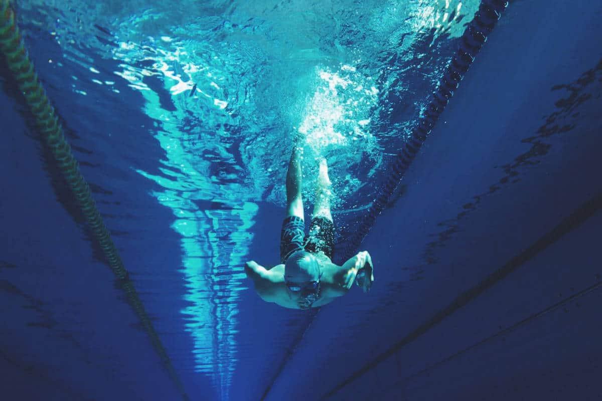 Pessoa mergulhando na piscina